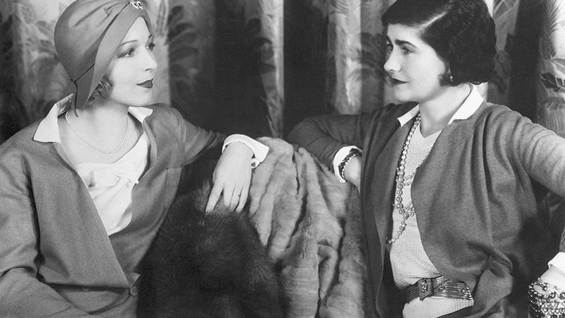 Mademoiselle Gabrielle Chanel, à droite, avec l'actrice Ina Claire.