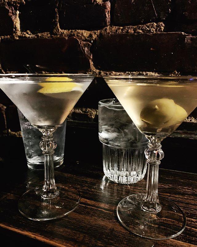 Martini Monday anybody? How do you take yours? I'm an extra dirty @titosvodka gal myself🍸💁🏼♀️