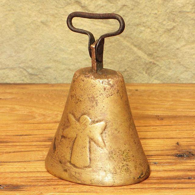 #vintagebell #etsyshop #dinnerbell #vintagemetal #etsyseller #shopsmall #dstexture #buyfolk #farmhouse #vscovintage #angels