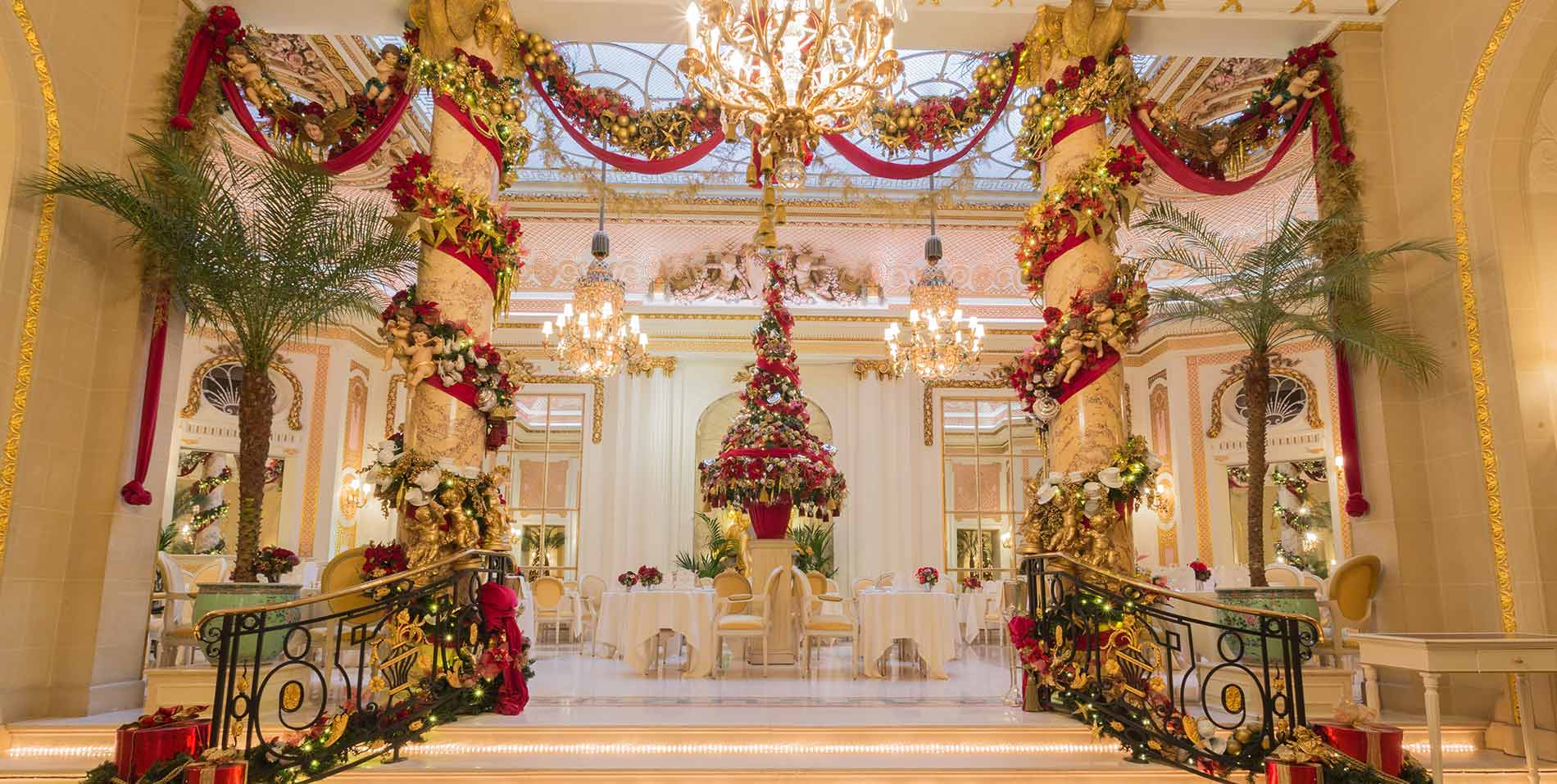 Christmas-outside-The-Palm-Court.jpg
