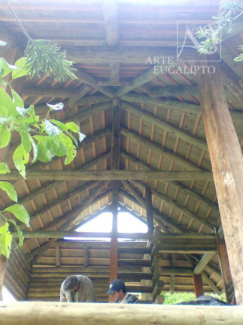 Detalhe interno , cobertura em telhas de Pinus Autoclavado