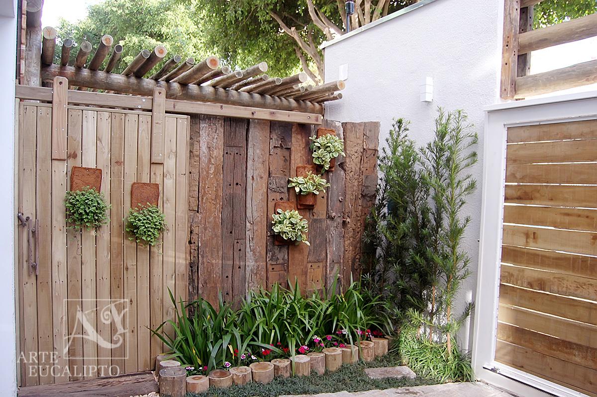 Dormentes de reciclagem + portão em lambriu de Deck bordadura em troncos de eucalipto Autoclavado