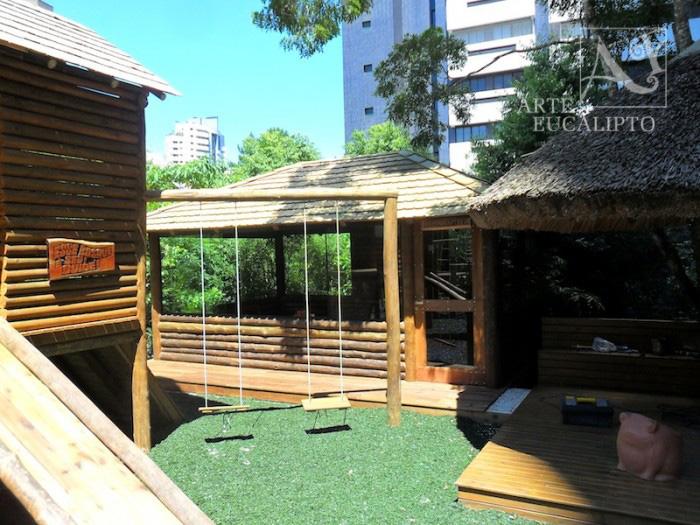 Brinquedoteca em troncos de Eucalipto Autoclavado , Ecoville , Curitiba - Pr
