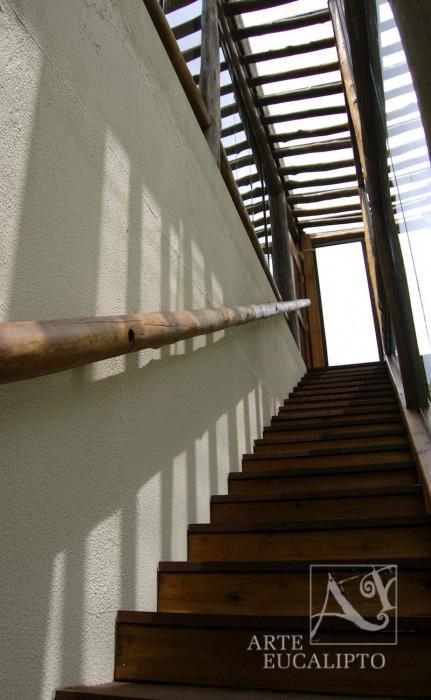 Escada com guarda corpo e pérgola coberta com vidro