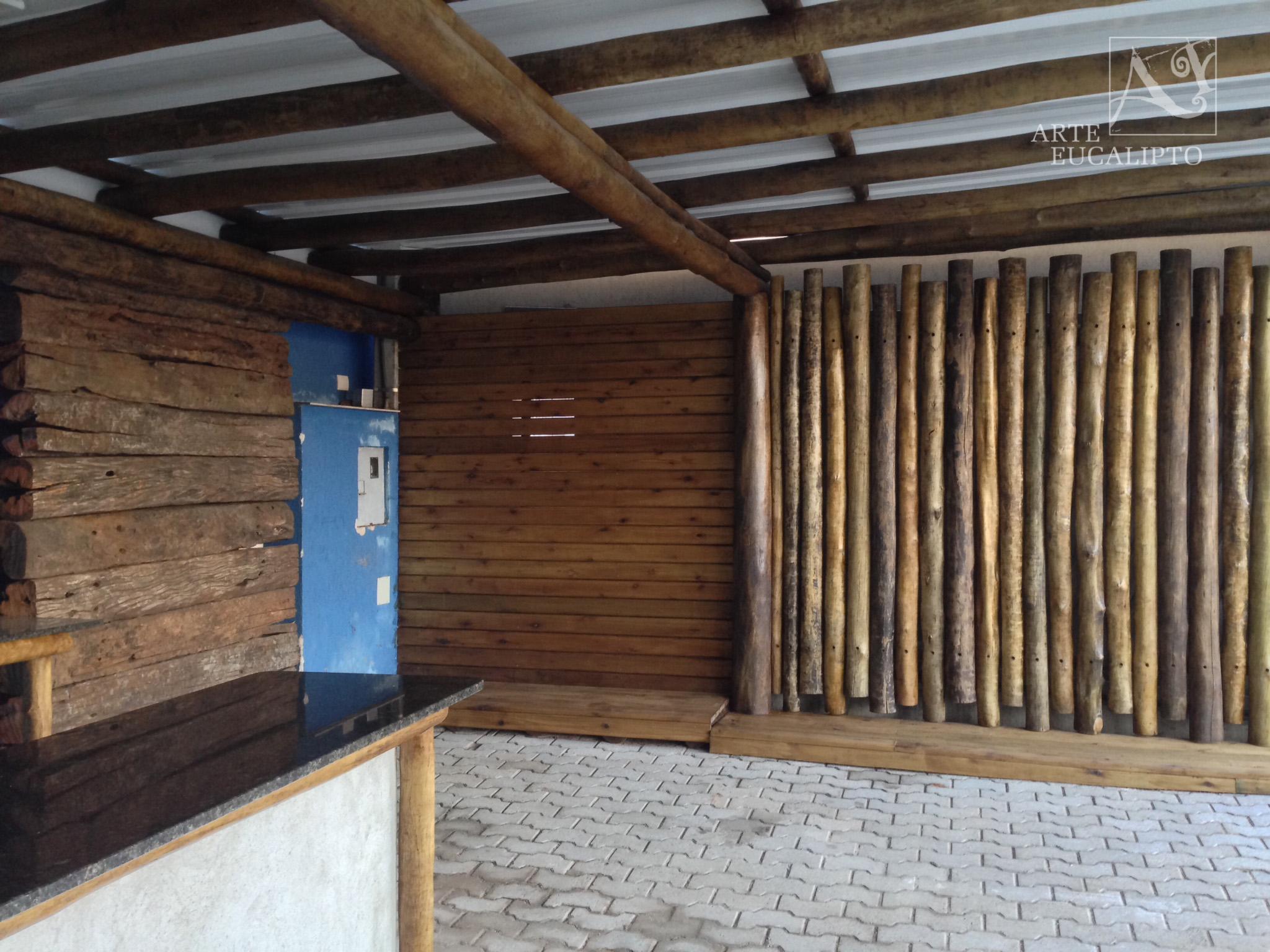 Cobertura em troncos de Eucalipto Citriodora Autoclavado , painel em troncos de Eucalipto Citriodora Autoclavado e Painel em Dormente de reciclagem