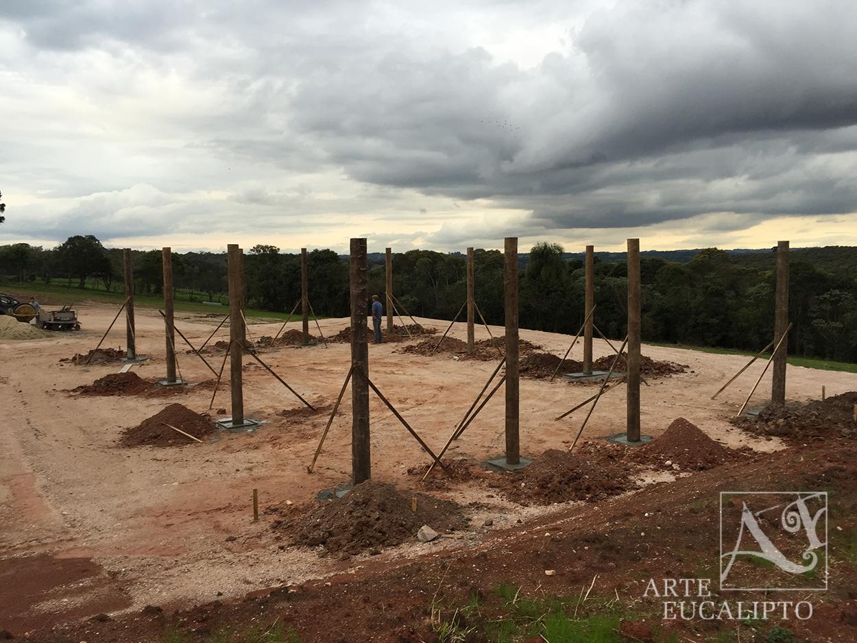 Inicio cobertura barracão em troncos de eucalipto autoclavado espécie Citriodora - Campo Largo - Pr