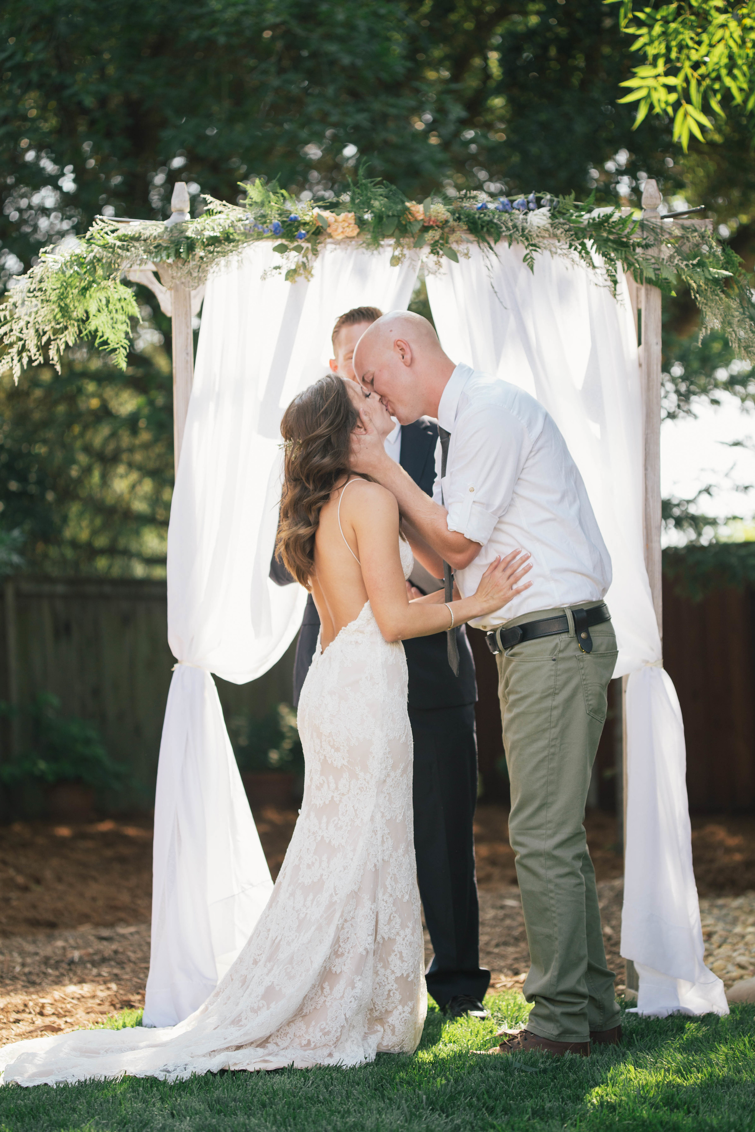 sonoma-county-wedding-photographer-backyard-ceremony-kiss