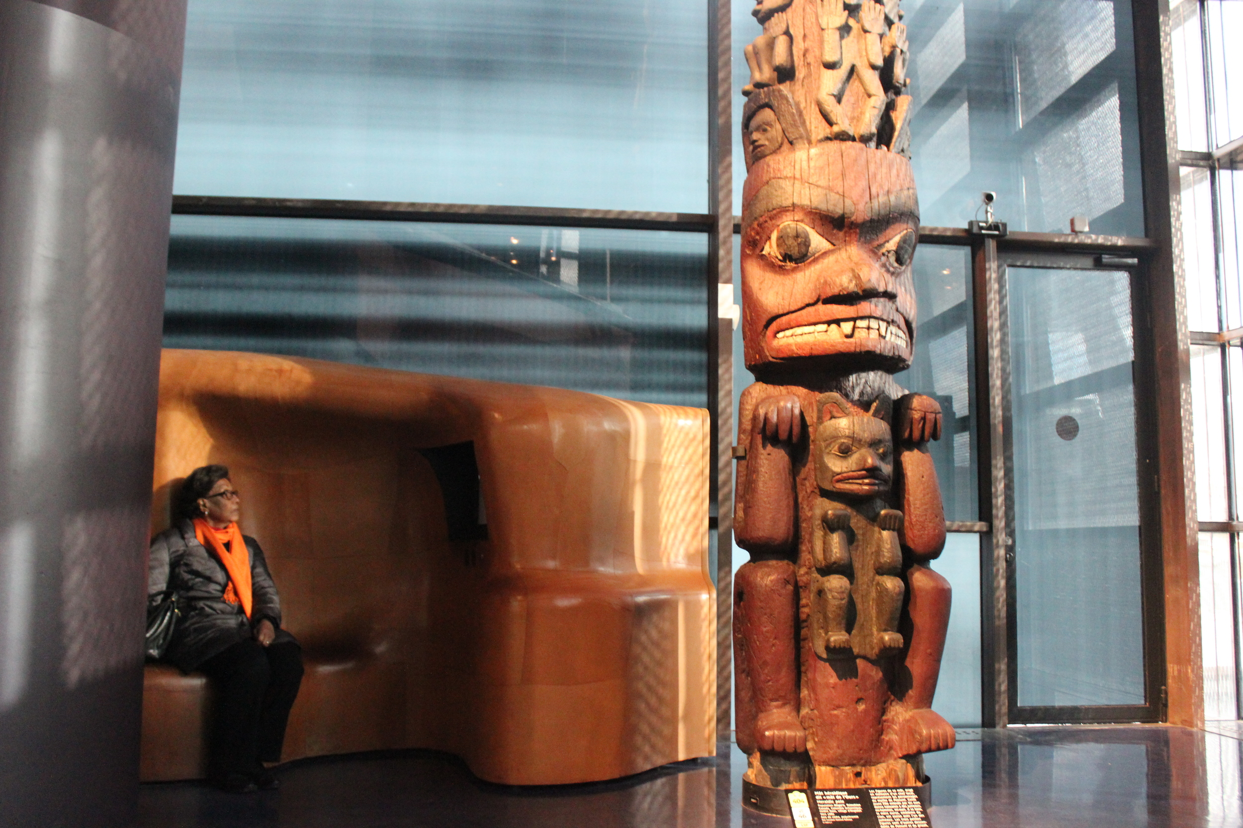 Gran taking a rest in front of a bear wolf totem in the Musée du Quai Branly
