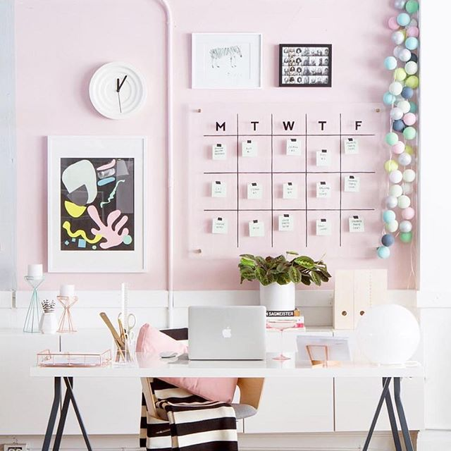 I'm not a huge fan of pale pink, but all the small details of @ohhappyday 's desk is #workspacegoals.
