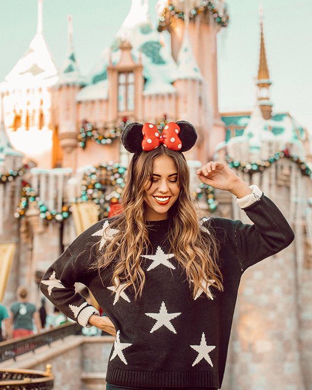Just when you think Disneyland couldn't be more magical... CHRISTMAS AT DISNEYLAND🎄✨ I'm ready to go back for round two 🙈 why is this place just the best ever?!❤️