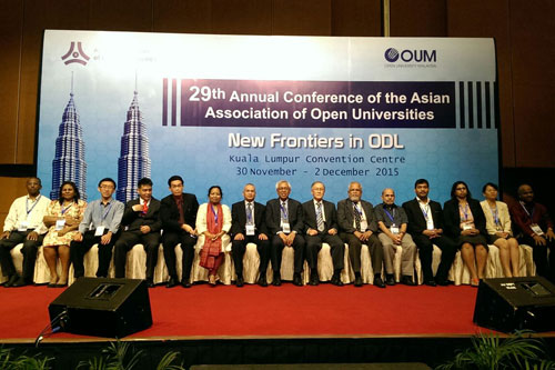 Prof Ho and the WOU delegation pose with OUM Vice Chancellor.