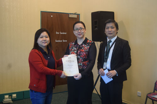 Dr Bong presents Star Ambassador certificate to Julie Liaw Wan Ing. At right is KCRC Director Jimmy Chai.
