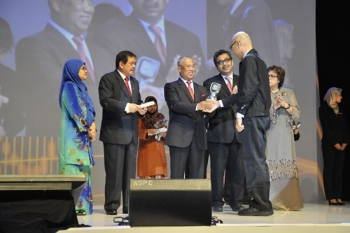 Receiving his award from the Deputy Prime Minister.