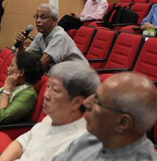 WOU Board of Governors Chairman Tan Sri Emeritus Prof Gajaraj Dhanarajan poses a question.