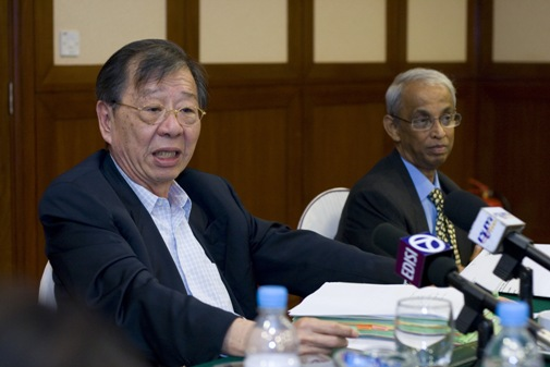 Dr Lim and Prof Dhanarajan respond to questions.
