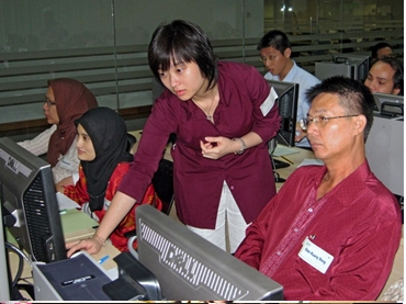 KLRO's academic counsellor Ng Yeen Seen shows a tutor how to navigate the e-library webpage.