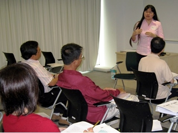 School of Business & Administration Lecturer Teoh Ai Ping facilitates the course-specific academic discussions.