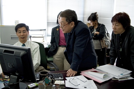 Dean of School of Business & Administration Prof Cheah Kooi Guan (left) showing WOU's innovative IT support for students.