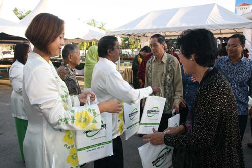 Choy Paik Lin (Library) and Penang Regional Office Director K Manoharan welcoming guests.