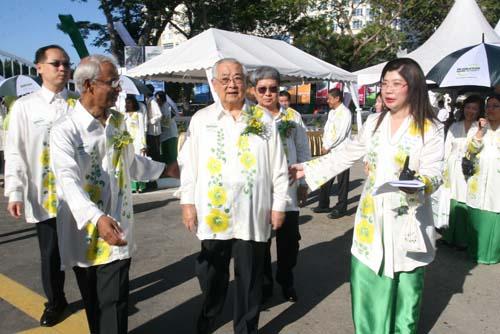 From left: Deputy Vice Chancellor (Operations) Dr Seah Soo Aun, Prof Dhanarajan, Tun Lim, Deputy Vice Chancellor (Academic) Prof Wong Tat Meng, and ETP Director Grace Lau.