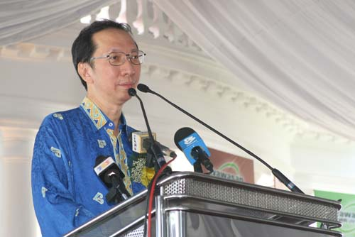 Tan Sri Dr Koh Tsu Koon giving his speech.