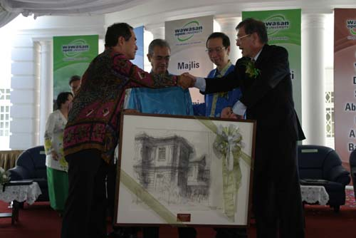 Dr Lim presents Abdullah and Yeap each with a souvenir painting depicting the main campus building.