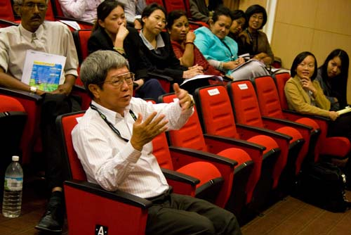 Deputy Vice Chancellor (Academic) Prof Wong Tat Meng poses a question.