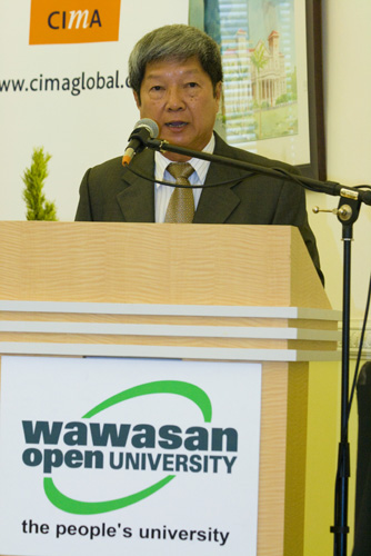 Prof Wong delivers his speech.