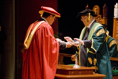 The Chancellor receives the mace.