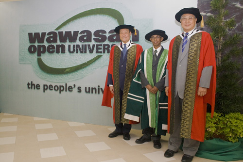 Honorary graduands posing with the Vice Chancellor of WOU.