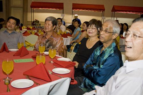 WOU Vice Chancellor Tan Sri Emeritus Prof Gajaraj Dhanarajan and wife Puan Sri Sue, Deputy Vice Chancellor Prof Wong Tat Meng (2nd from left), and Chong Kong Hoong (left).