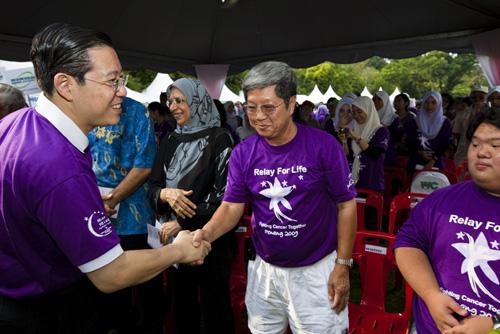 The Penang Chief Minister greets WOU Deputy Vice Chancellor Prof Wong Tat Meng.