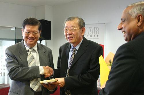 Tun Lim with Datuk Dr Michael Yeoh (left) and Deputy Vice Chancellor U K Menon (right).