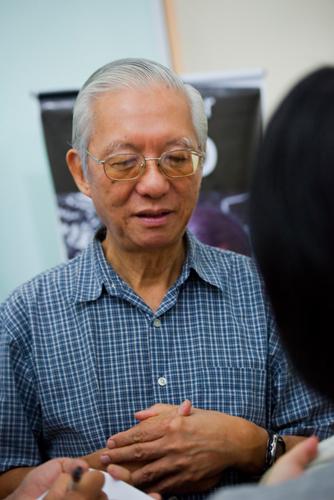 Tan Sri Dr Sak Cheng Lum chats with reporters.
