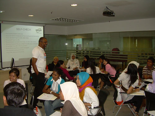SELC Dean Asooc Prof Dr Malachi Edwin Vethamani leads the participants in their discussion.