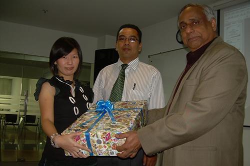 WOU Deputy Vice Chancellor U K Menon (right) hands Yong her prize. At centre is Kuala Lumpur Regional Office Director Abdul Rahman Sidek.