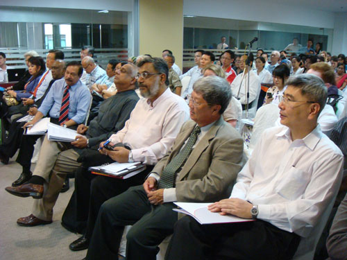 Dato' Mah Siew Keong (foreground, right) seated beside Prof Wong Tat Meng.