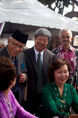 WOU Vice Chancellor Prof Wong Tat Meng (centre) with Tun Abdul Rahman.