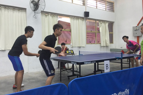 Tan Tze Yue (left) and Teoh Ewe Mun playing doubles in table tennis.