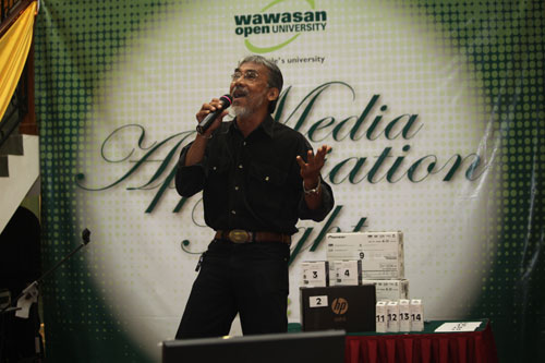 Abdul Malik of RTM sings his heart out to win top prize.