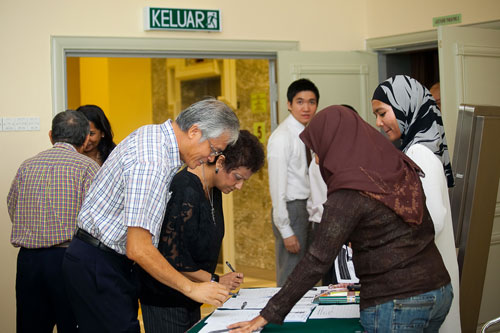 Dato' Wong Siew Hai registering to attend the talk.