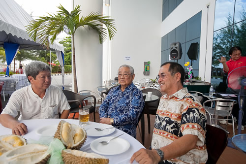 Tun Lim (centre) flanked by Prof Wong and Dato' Seri Stephen Yeap (right).
