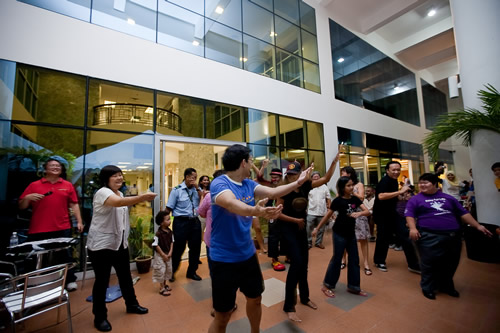 Dr Andy (blue t-shirt), Shangetha (black cap) and Wai Loong (right) show their moves.