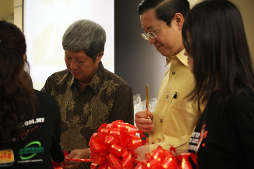Prof Wong (in batik) and the Chief Minister cut the ribbon.