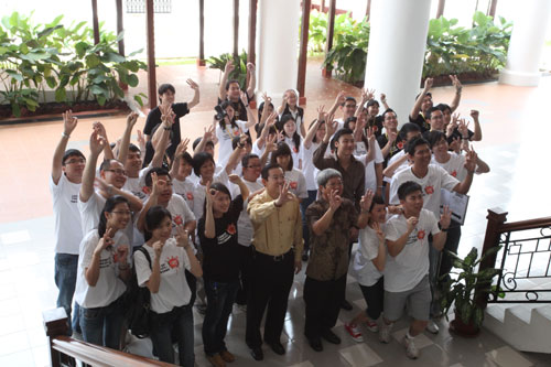(Foreground, centre) Lim, Prof Wong and Corporate Communications Manager Lim Yao-han pose with the participants.