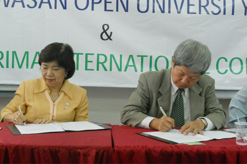 Dato' Ooi (left) and Prof Wong sign the MoA.