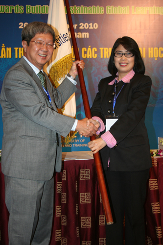 Symbolic handover of flag to Prof Wong (left).