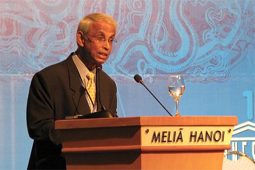 Tan Sri Emeritus Prof Gajaraj Dhanarajan delivers his address.