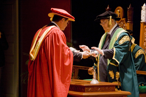 Tun Lim receiving the mace from Dato' Seri Stephen Yeap during his installation as Chancellor on 29 November 2008.