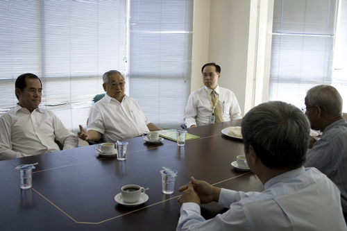 Meeting with Prof Dhanarajan (right), At left is Dato' Seri Stephen Yeap.